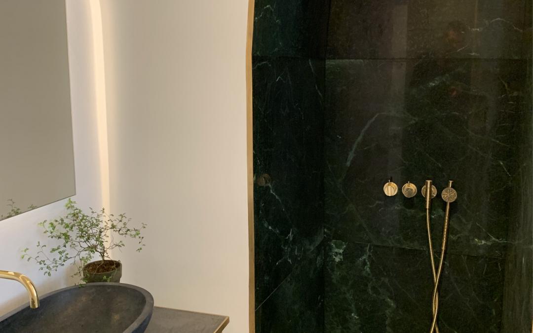 Totalrenovering af badeværelse 2019. Messing og grøn natur marmor.